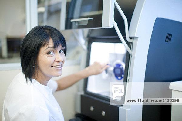 Zahntechniker mit Geräten zur Herstellung von Prothesen