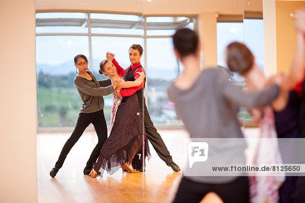 Tanzlehrerin und Tänzerinnen im Spiegel