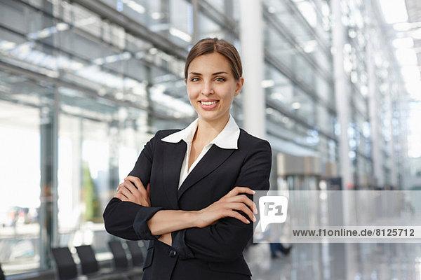 Junge Geschäftsfrau im Foyer stehend  Portrait