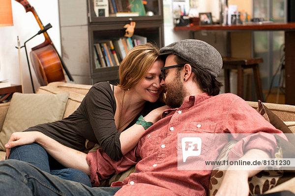 Pärchenküssen auf dem Sofa