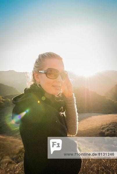 Frau in den Bergen stehend
