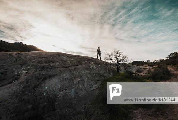 Frau steht auf dem Berg bei Topanga  Kalifornien