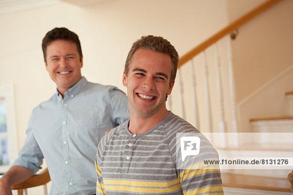 Vater und erwachsener Sohn  lachend