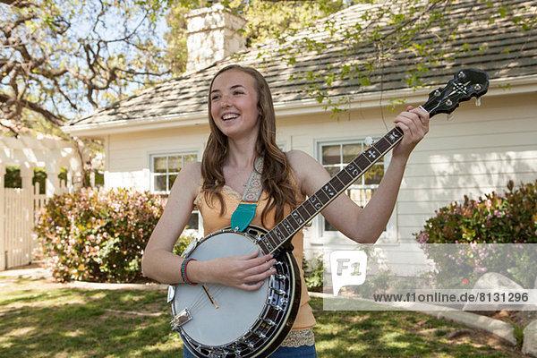 Teenager Mädchen spielt Banjo