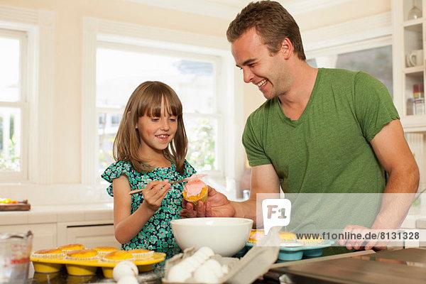 Junges Mädchen mit älterem Bruder Eiskuchen