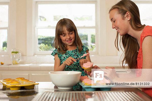 Junges Mädchen mit älterer Schwester Eiskuchen