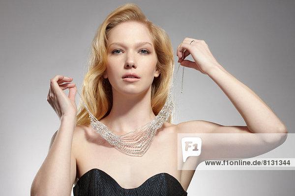 Porträt einer Frau  die eine Halskette trägt