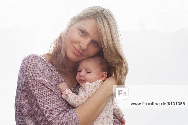 Mutter mit neugeborener Tochter