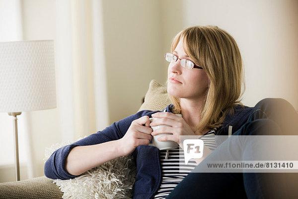 Junge Frau hält Kaffee
