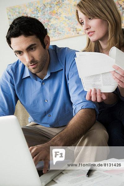 Junges Paar bezahlt Rechnungen online