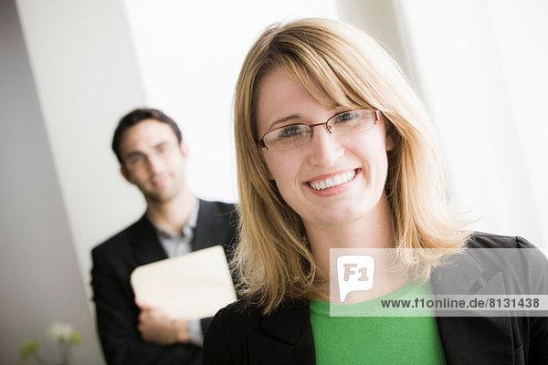 Porträt einer Büroangestellten mit Brille
