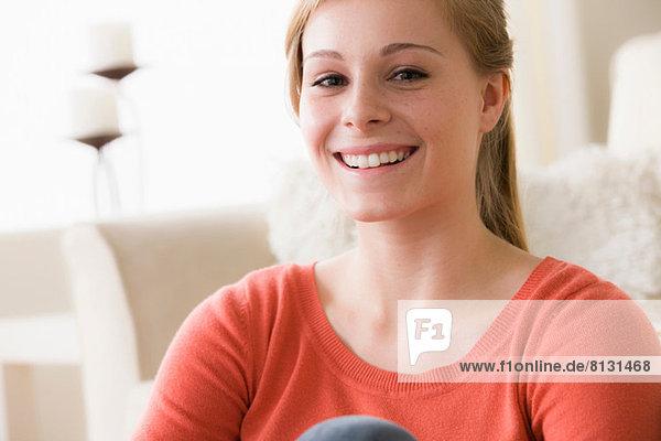 Porträt eines selbstbewussten  lächelnden Teenagermädchens