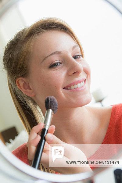 Teenager-Mädchen  das Kosmetik anwendet