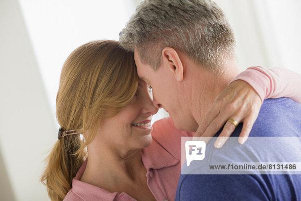 Umarmung eines reifen Paares
