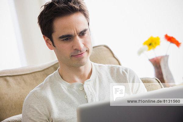 Mid Erwachsene Mann mit Laptop  Stirnrunzeln
