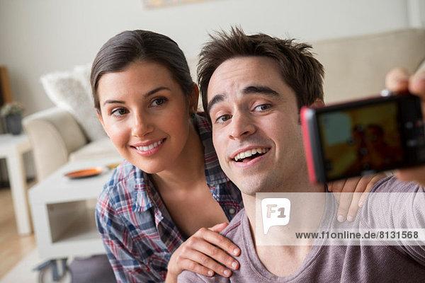 Paar fotografiert sich selbst mit Fotohandy