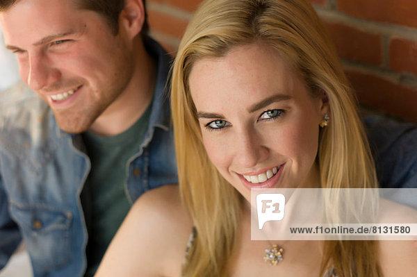 Porträt eines Paares  Schwerpunkt: junge Frau lächelt