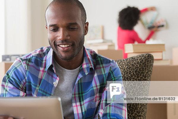 Mittlerer Erwachsener Mann mit elektronischem Lesegerät