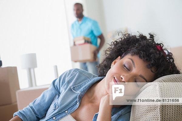 Mittlere erwachsene Frau mit geschlossenen Augen  Mann im Hintergrund