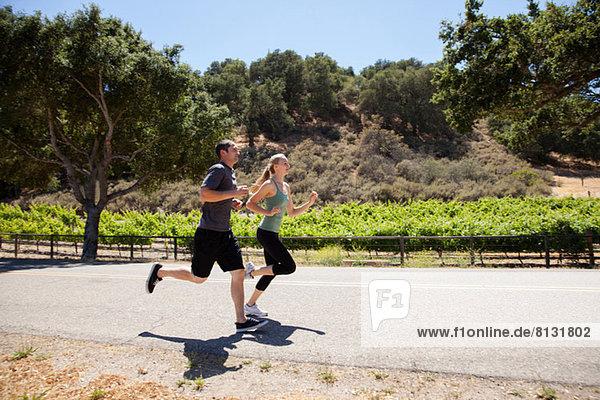 Junges Paar beim Joggen auf der Straße