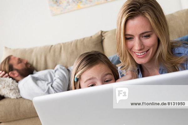 Mutter und Tochter beim Betrachten des Laptops