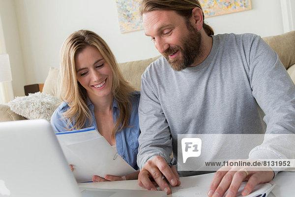 Ehemann und Ehefrau beim Betrachten des Briefes