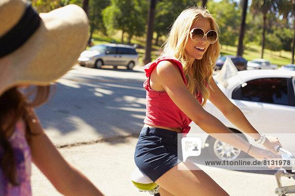 Frauen chatten auf dem Fahrrad