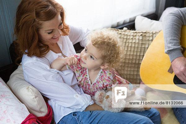 Mutter lächelt Kind an