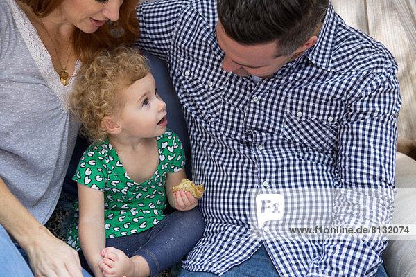 Mann & Frau im Gespräch mit dem Kind