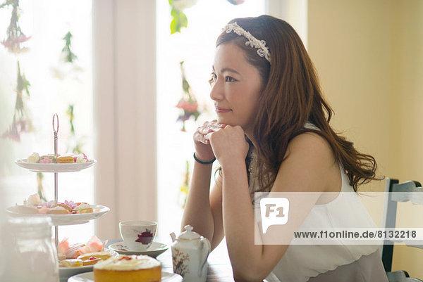Frau träumt zur Teestunde
