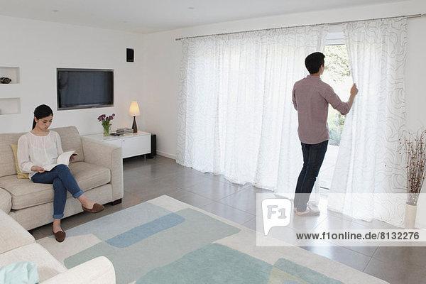 Mann und Frau entspannen sich im Wohnzimmer