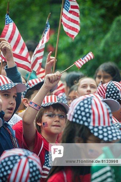sternförmig  Tag  Amerika  Urlaub  ehrbar  Halle  Großstadt  Produktion  Fahne  Schule  Student  Streifen  Verbindung  Präsident  rufen  Adoption  Konzept  einwandfrei  Astoria  Juni  März  neu  Parade  Queens  Vorsatz  Start