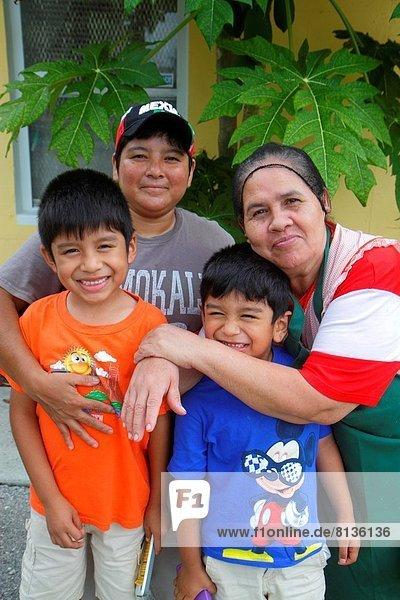 Frau  Junge - Person  Bruder  Hispanier  Großmutter  Enkelsohn  Florida
