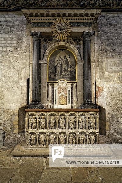 Seitenaltar  ein Marmorsarkophag aus dem 4. Jahrhundert  Kathedrale Saint-Trophime