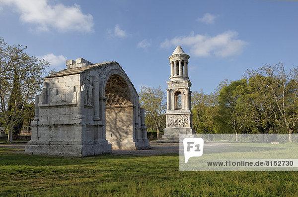 Römischer Triumphbogen und Mausoleum an der Via Domitiana