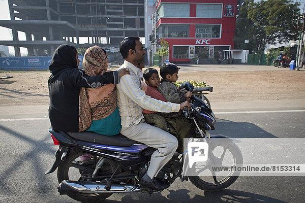 Zwei Frauen  ein Mann und zwei Kinder auf einem Motorrad