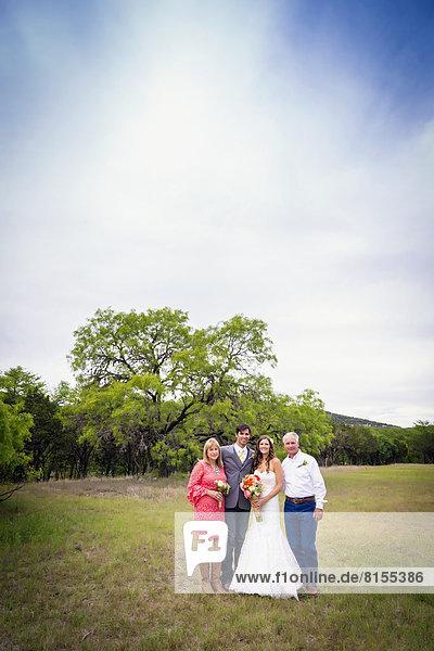 USA  Texas  Brautpaar mit Eltern bei Outdoor-Hochzeit