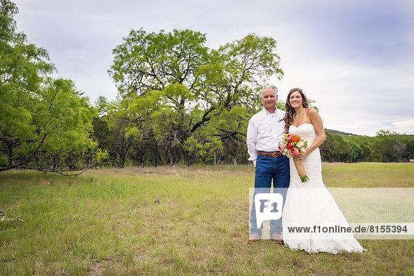 USA  Texas  Vater der Braut und seiner Tochter bei der Outdoor-Hochzeit