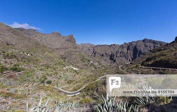 Spanien  Blick auf Dorf und kurvenreiche Straße am Teno-Gebirge
