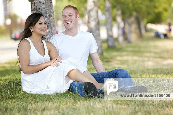 Paar entspannenden im park