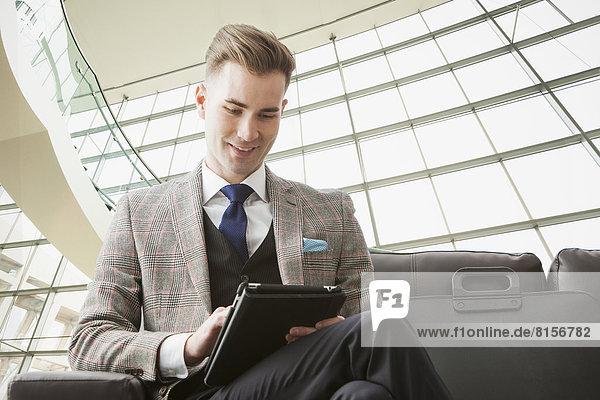 benutzen Europäer Geschäftsmann Tablet PC