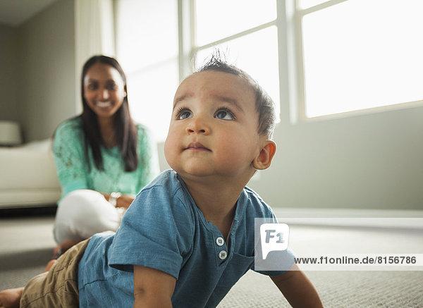 Junge - Person  Zimmer  kriechen  robben  Wohnzimmer  Baby