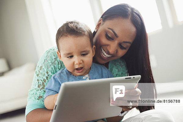 benutzen  Sohn  Tablet PC  Mutter - Mensch