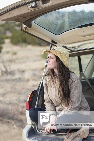 Europäer  Frau  lächeln  Auto  Kofferraum