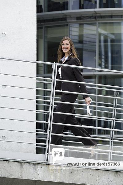 Portrait einer Geschäftsfrau  die lächelnd geht