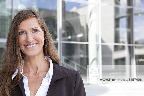 Porträt einer Geschäftsfrau  lächelnd