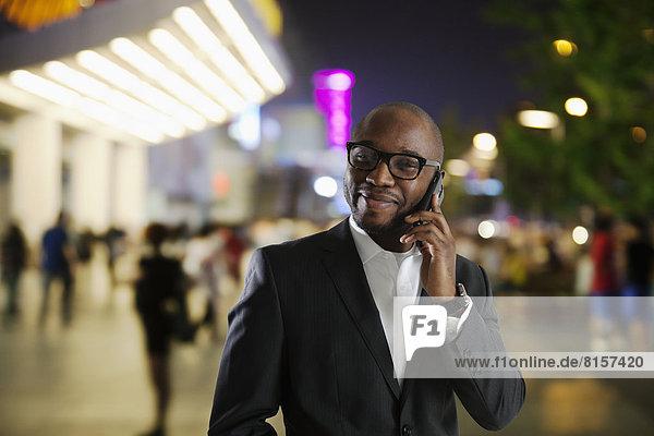Handy sprechen Geschäftsmann Straße Großstadt schwarz