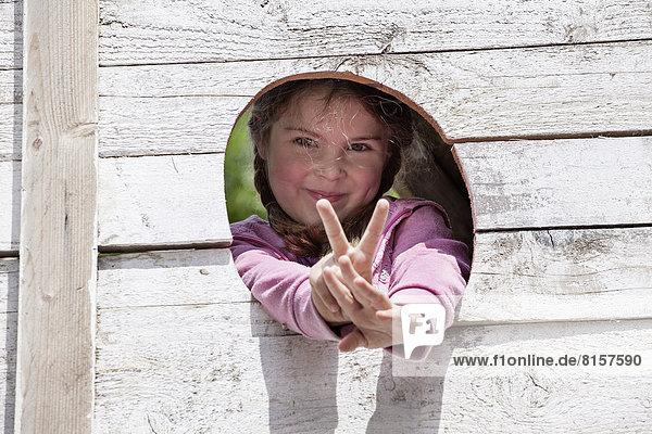 Deutschland  Nordrhein-Westfalen  Köln  Portrait eines Mädchens mit V-Zeichen  lächelnd Deutschland, Nordrhein-Westfalen, Köln, Portrait eines Mädchens mit V-Zeichen, lächelnd