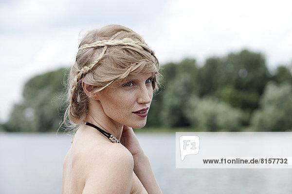 Deutschland  Nordrhein-Westfalen  Wesel  Junge Frau schaut weg