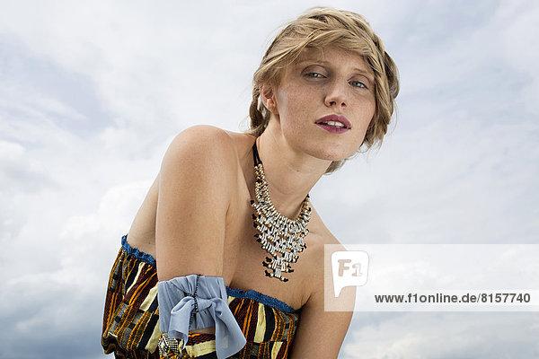 Deutschland  Nordrhein-Westfalen  Wesel  Portrait einer jungen Frau